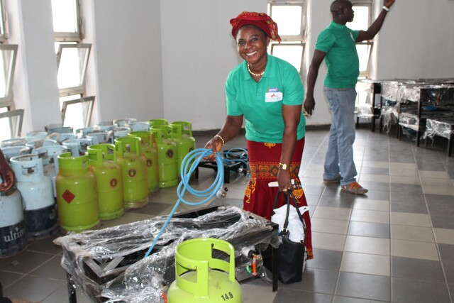 Setting up gas cookers and cylinders at the launch of the GTHI's Project Mama Put